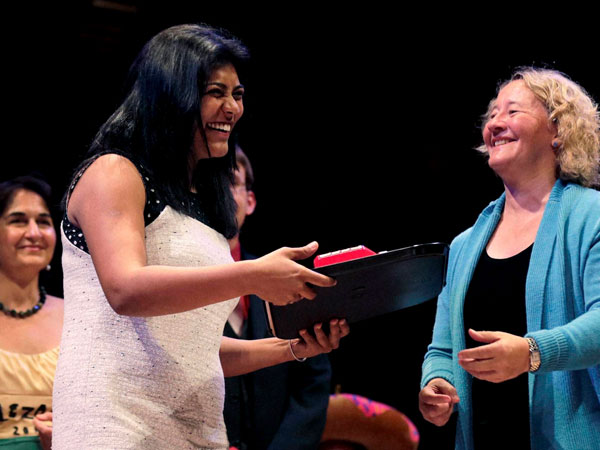 Saraiya accepts the Ig Nobel Prize for Medicine