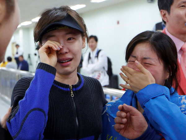 South Korea's Na Yoonkyung, center, cries after winning the gold medal