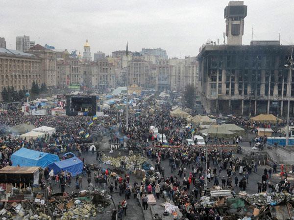 Ukraine: Lenin's statue brought down