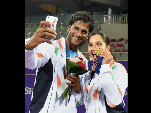 Saketh Myneni takes a selfie with Sania Mirza as they celebrate after winning gold in mixed doubles