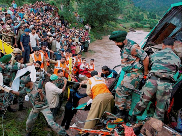 Army rescuing victim in Kashmir