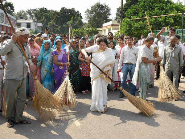 Omita Paul participates in a cleanliness drive