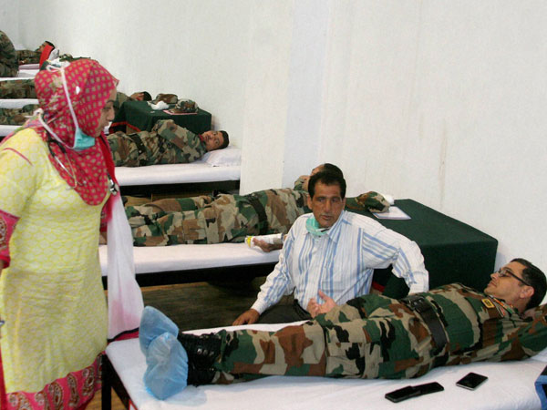 Army officers and jawans donate blood for the flood victims