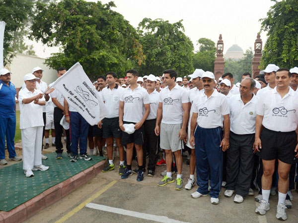 President Pranab Mukherjee flagging off a run for 'Swachh Bharat'