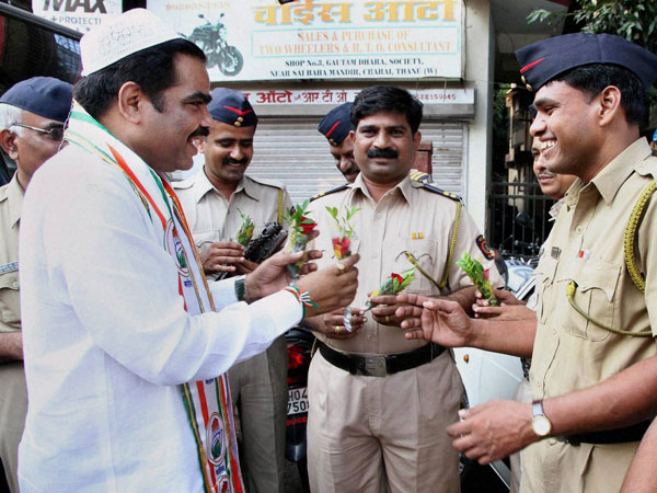 Congress candidate presents rose to police men