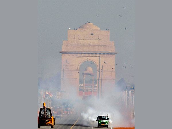 India Gate remains littered with garbage