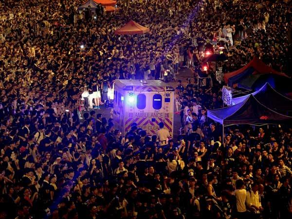 Hundreds confront protestors in Hong Kong