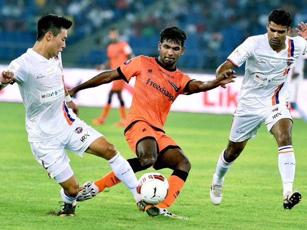 Delhi Dynamos' Francisco Fernandez (C) in action during the ISL 2014 match against FC Pune City at Nehru Stadium in New Delhi on Tuesday.
