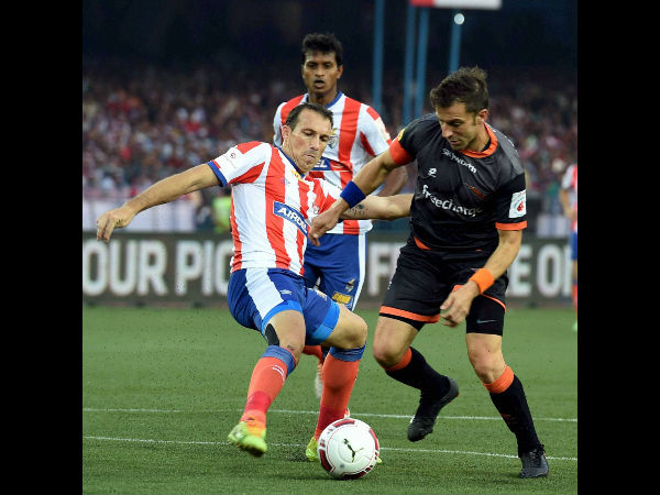 Delhi Dynamos FC's Alessandro del Piero (right) in action during ISL match against Atletico de Kolkata in Kolkata on Sunday.