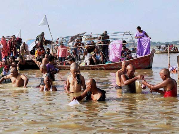 Pilgrims arrive at Mathura for a dip