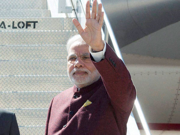 Modi breaks ice with media, poses for selfies