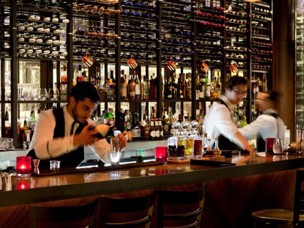 'Bar bribe': Hotelier retracts claim