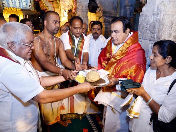 SL PM offers worship at Tirupati shrine
