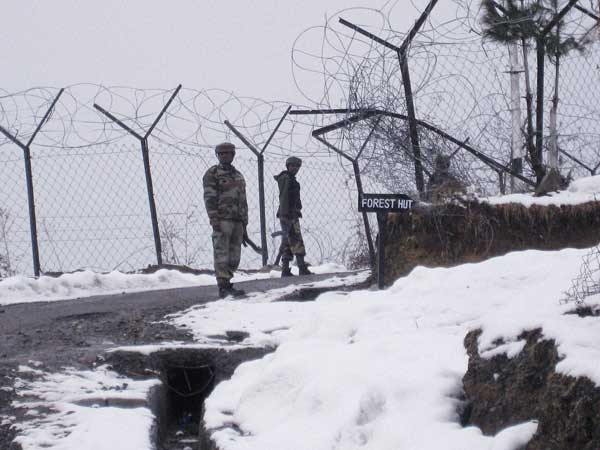 4 Armymen, civilian trapped under avalanche near LoC