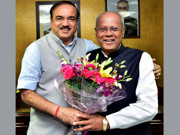 Union Minister for Chemicals and Fertilizers, Ananthkumar greets GM Siddeshwara