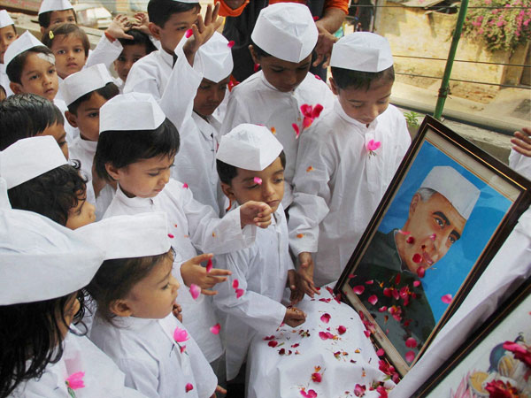 Children dressed up as Chacha Nehru pay floral tribute