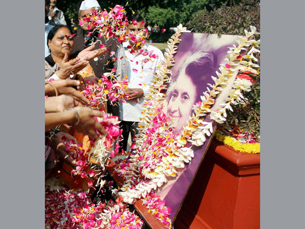 People paying tribute to former prime minister Indira Gandhi