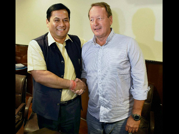Sports Minister Sarbananda Sonowal (left) with Hockey coach Terry Walsh in New Delhi recently
