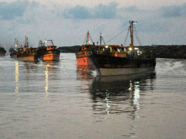 10 Indian fishermen caught bartering with Pakintani anglers.