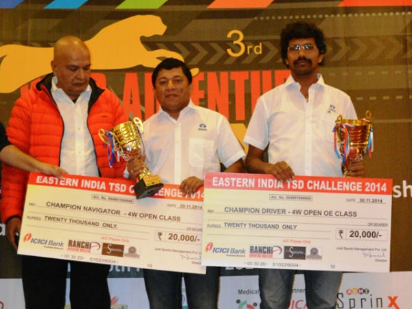 Sujith (centre) and Chidananda (right) with their trophies and cheques