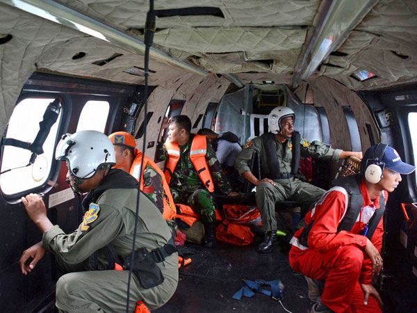 Weather hampers hunt for AirAsia plane