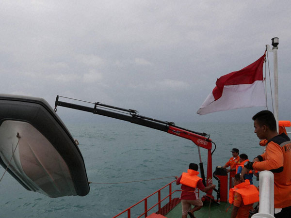 AirAsia's tail lifted from Java Sea