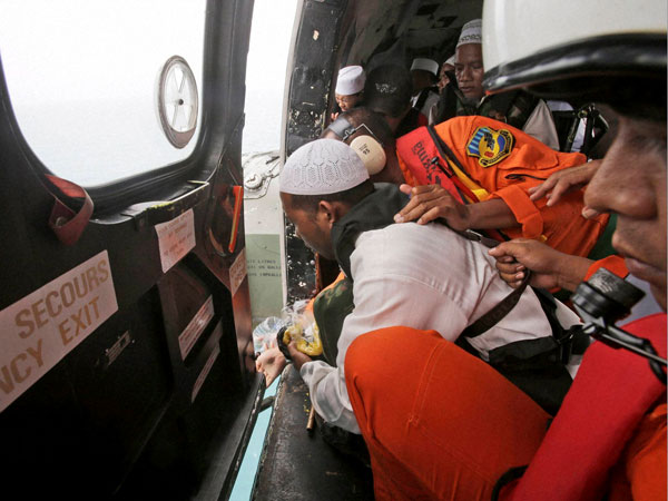 AirAsia: Divers retrieve one black box