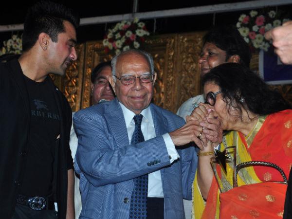 Video When Ram Jethmalani Kissed Kishore Kumar S Wife Leena Chandavarkar Oneindia News