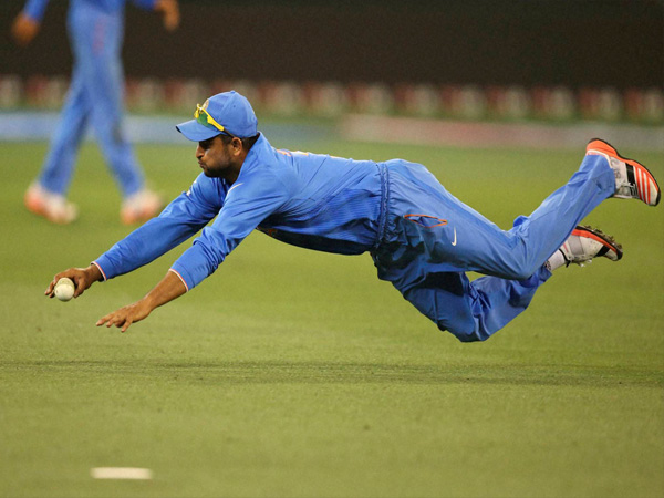 Raina dives during fielding