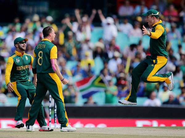 Steyn (centre) celebrates after dismissing Dilshan