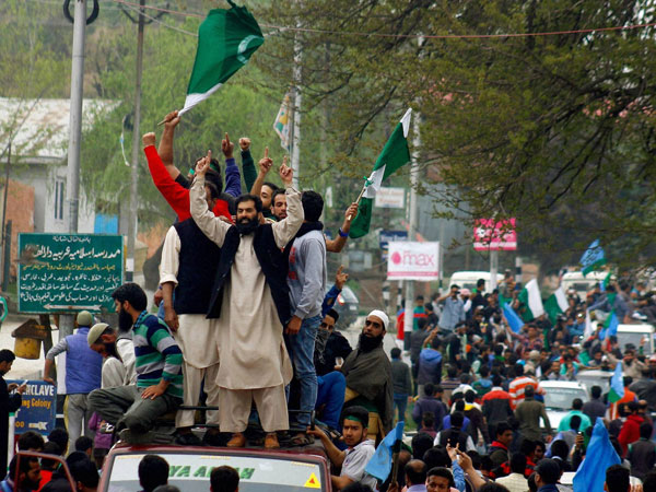 Pakistani flags again raised at Geelani's rally in Tral