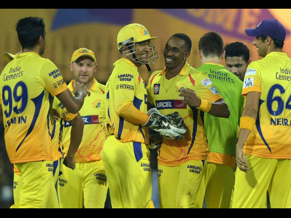 Dhoni and his teammates celebrate the wicket of RR batsman Shane Watson