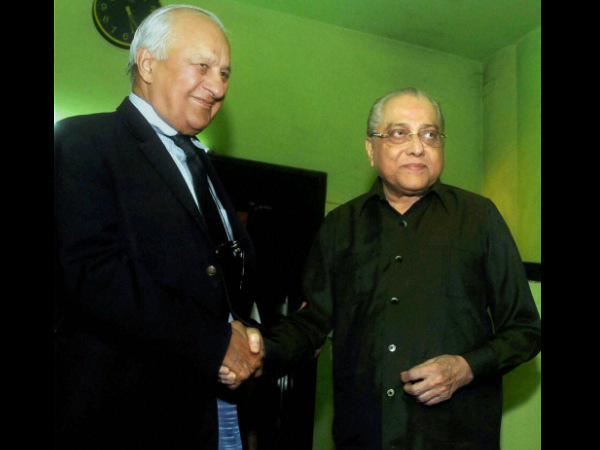 BCCI President Jagmohan Dalmiya (right) shakes hand with PCB Chairman Shaharyar Khan