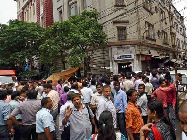 Earthquake: People come out on streets in Kolkata