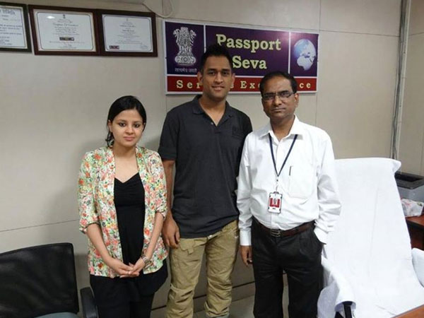 Dhoni and Sakshi at passport office in Ranchi
