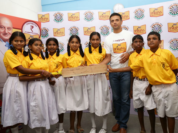 Dravid gifts a bat to the students