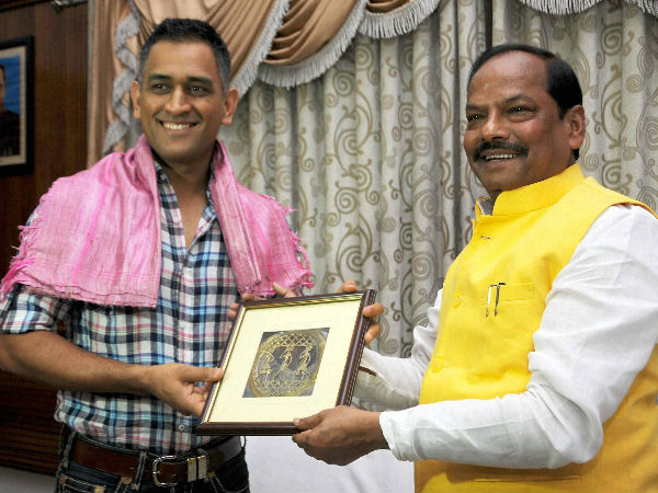 MS Dhoni is presented a memento by Jharkhand Chief Minister Raghubar Das (right) during a meeting in Ranchi on Thursday.