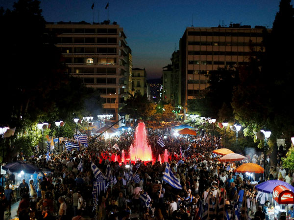 Greece: Thousands protest outside Parl