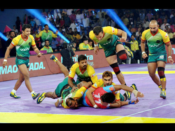 :Players of Jaipur pink Panthers and Patna Pirates (yellow and green) in action during the Pro Kabaddi league match at Sawai Mansingh Stadium in Jaipur on Sunday