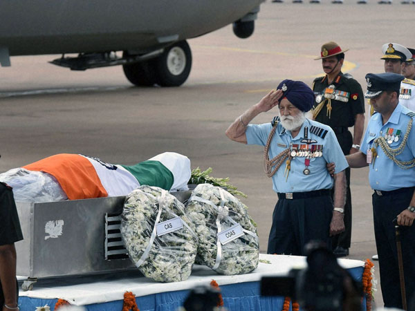 Marshal of the Indian Air Force Arjan Singh paying his last respect to former President APJ Abdul Kalam at AFS Palam in New Delhi