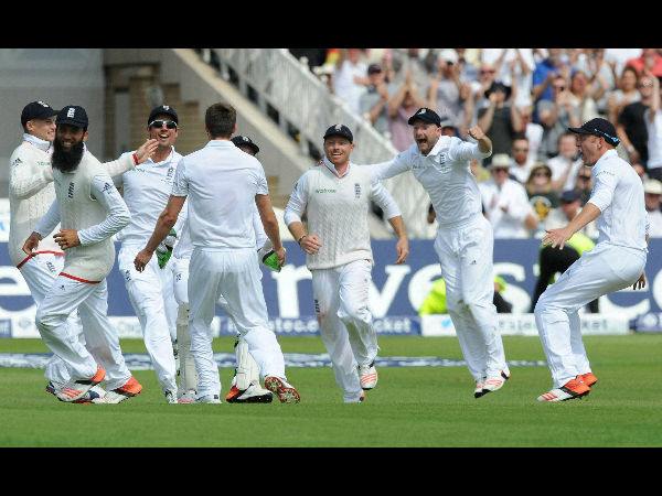 England players celebrate after their victory in 4th Test