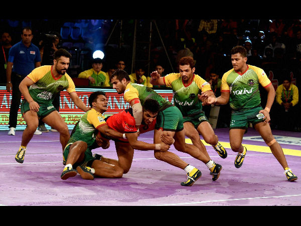 Players of Patna Pirates, green and Dabang Delhi Red in action