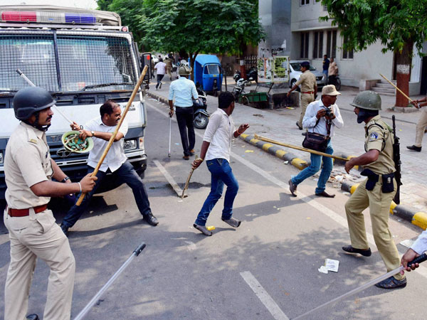 Police lathicharged protesters