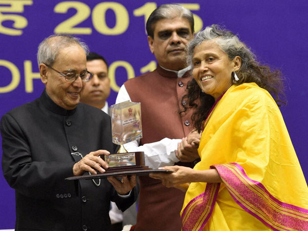 President Pranab Mukherjee presenting the Rajbhasa awards as MoS for Home Affairs, Haribhai Choudhary looks on during Hindi Divas 2015 function in New Delhi.