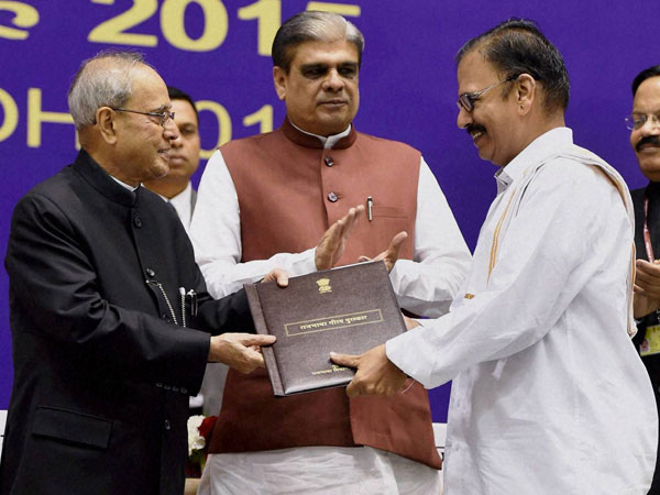 President Pranab Mukherjee presenting the Rajbhasa Kirti Puraskar during Hindi Divas 2015 function in New Delhi.