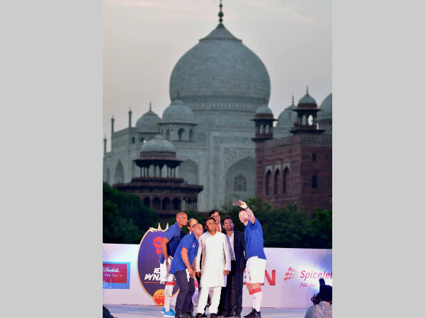 UP CM Akhilesh Yadav (centre) poses with Delhi Dynamos' players in front of Taj Mahal in Agra
