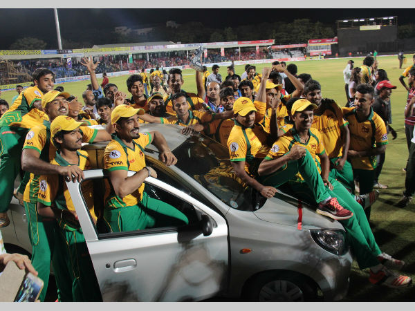 Robin Uthappa celebrates with his team-mates after winning the Man-of-the-series award. He received a Maruti Alto car