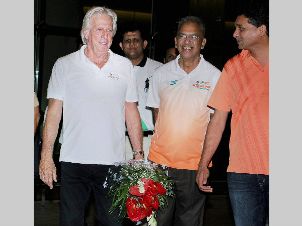 File photo: Jeff Thomson (left) being welcomed by Vighnesh Shahane (right) and Makarand Waingankar (2nd right) in Mumbai on September 13, 2015