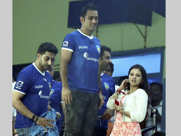 MS Dhoni, his wife Sakshi and actor Abhishek Bachchan watch the match