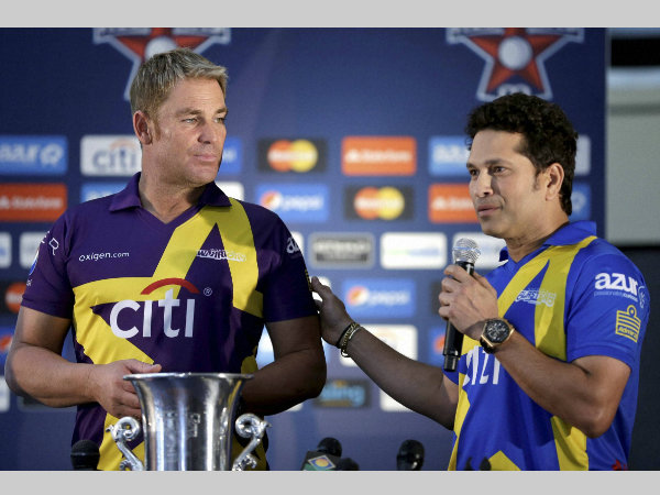 Warne (left) and Tendulkar in front of the trophy
